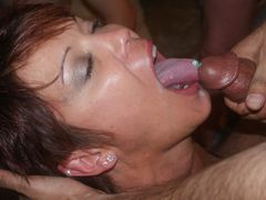 Photo White Woman Taking a Load in Mouth